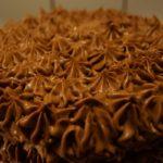 Tårta täckt med chokladglasyr