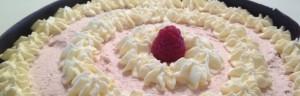 Tårta med hallonmarängsmörkräm och vitchokladmousse med chokladkant