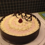 Tårtbotten på muscovadosocker med hallonmarängsmörkräm med vitchokladmousse